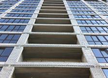 Незаконченная конструкция многоквартирного дома с застекленным окном Стоковые Фото
