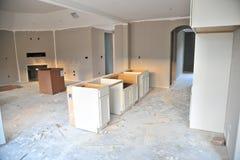 Незаконченная новая домашняя кухня стоковые фотографии rf