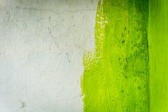 Незаконченная покрашенная стена краски при фото зеленого цвета и белизны принятое в Джакарту Индонезию Стоковые Фотографии RF