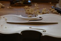 Незаконченная скрипка в luthier, мастерская создателя скрипки стоковое фото