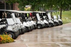 Незанятые тележки гольфа на дождливый день Стоковые Изображения RF