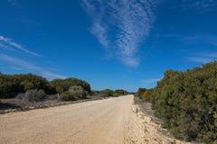Незапечатанная зона кемпинга петляющей дороги, национальный парк Coorong в Sou Стоковые Фотографии RF
