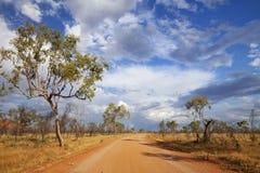 Незапечатанная дорога в захолустье западной Австралии Стоковое Изображение RF