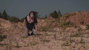 Незнакомец в грязных неровных одеждах идет через пустыню в поисках оазиса сток-видео