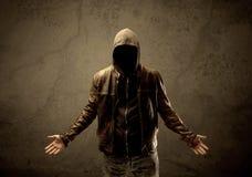 Незнакомец прикрытия с капюшоном в темноте стоковые фотографии rf
