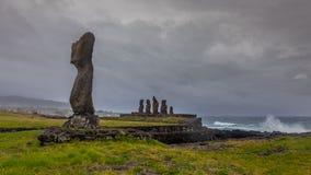 Неизбежный шторм причаливая острову пасхи по мере того как волны комплектуют вверх стоковое изображение