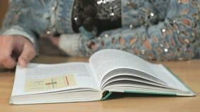 Неизвестная девушка студента читая книгу Конец-вверх акции видеоматериалы