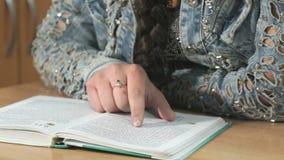 Неизвестная девушка студента читая книгу Конец-вверх сток-видео