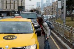 Неизвестная девушка спрашивает водителя такси Стоковые Фотографии RF