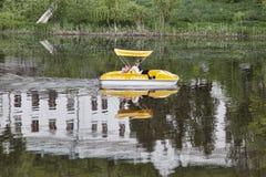 Неизвестная семья едет велосипед воды вдоль Seversky Donet Стоковое фото RF