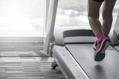 Неизвестной тон идущих ботинок пинка носки женщины разделенный разминкой Стоковое фото RF