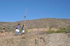 Неизвестные дети боливийских горных сел в Altiplano идут к школе Стоковое фото RF