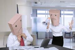 Неизвестный менеджер браня ее работника в офисе Стоковые Фото