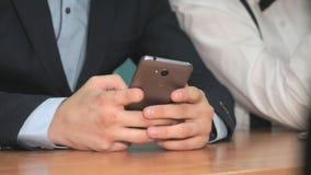 Неизвестный студент держа smartphone сер-стали сток-видео