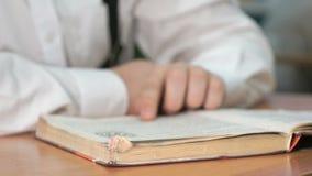 Неизвестный студент читая книгу Конец-вверх видеоматериал