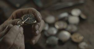 Неизвестный часовщик исправляет старый винтажный вахта руки в его мастерской Отсутствие стороны 4K КРАСНАЯ съемка камеры стоковые изображения