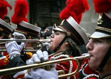 Неизвестный член военного оркестра средней школы Wauwatosa восточного стоковые фото