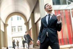 Неимоверное везение Успешный бизнесмен наслаждается его успехом стоковая фотография