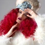 Неимоверно красивое изображение моды девушки с красными волосами Стоковые Фото