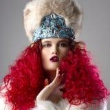 Неимоверно красивое изображение моды девушки с красными волосами Стоковое Фото