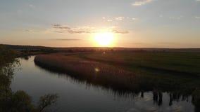 Неимоверно красивый заход солнца над рекой и долиной на тихом вечере весны акции видеоматериалы