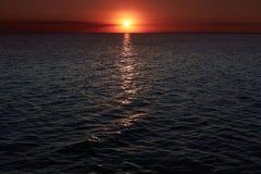 Неимоверно красивый заход солнца над морем с волнами красивейшие ландшафты Заход солнца моря золота Пылая ландшафт захода солнца  Стоковое Фото