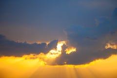 Неимоверно красивый заход солнца, облака на заходе солнца, красочном заходе солнца Стоковое Изображение