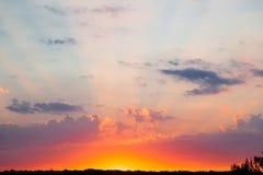 Неимоверно красивый заход солнца, облака на заходе солнца, красочном заходе солнца Стоковое фото RF