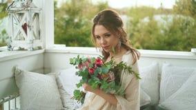 Неимоверно очаровательная невеста сидит на стенде в окружающей среде прозодежд и занавеса видеоматериал