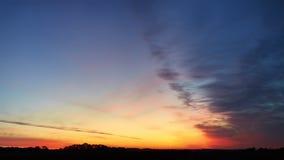 Неимоверные богатые цвета неба раннего утра стоковая фотография