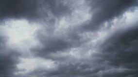 Неимоверные драматические грозовые облака летают в небо акции видеоматериалы