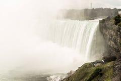Неимоверный взгляд на Ниагарском Водопаде в показе Онтарио Канады как огромный они стоковые фото