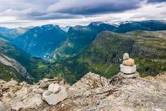 Неимоверный взгляд от вершины горы Dalsnibba к Geirangerfjord Норвегия Стоковые Изображения RF