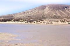 Неимоверный взгляд пляжа Calma Косты, голубой ясной лагуны Playa Barca, Фуэртевентура, Канарские острова, Испания Стоковое фото RF