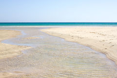 Неимоверный взгляд пляжа Calma Косты, голубой ясной лагуны Playa Barca, Фуэртевентура, Канарские острова, Испания Стоковые Фотографии RF
