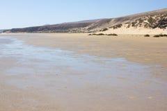 Неимоверный взгляд пляжа Calma Косты, голубой ясной лагуны Playa Barca, Фуэртевентура, Канарские острова, Испания Стоковое Фото