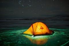Неимоверный ландшафт ночи против фона скалистого острова Стоковая Фотография RF