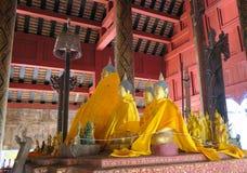Некоторое малое Buddhas в открытом виске Стоковые Изображения