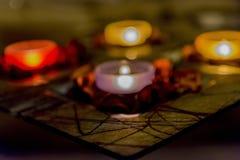 Некоторое романс с свечами на таблице Стоковые Изображения