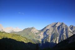 Некоторые горные пики на восходе солнца стоковые изображения rf