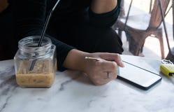 Некоторые женщины используя smartphone в кафе Стоковое фото RF