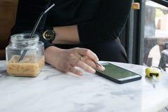 Некоторые женщины используя smartphone в кафе Стоковые Фото