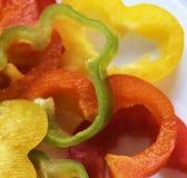 Некоторые из кусков сладостного перца на белой плите Стоковая Фотография