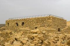 Некоторые из реконструированных руин старой еврейской крепости clifftop Masada в южном Израиле Все под маркированным стоковое фото rf