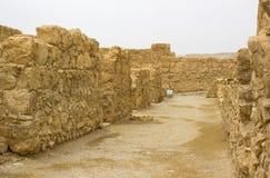 Некоторые из реконструированных руин старой еврейской крепости clifftop Masada в южном Израиле Все под маркированным стоковые фотографии rf