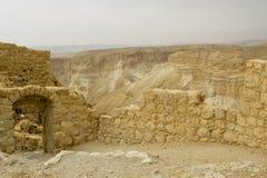 Некоторые из реконструированных руин старой еврейской крепости clifftop Masada в южном Израиле Все под маркированным стоковые изображения