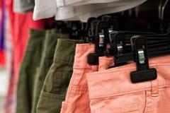 Некоторые используемые одежды вися на шкафе в блошинном Предпосылка платья Селективный фокус стоковое изображение