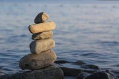 Некоторые камни на одине другого с морем стоковые фотографии rf