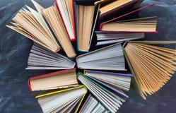 Некоторые книги на столе над классн классным Стоковое Изображение