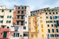 Некоторые красочные дома увиденные от пляжа Camogli стоковая фотография